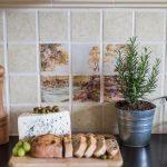 Rozkrojený chlieb vo vidieckej kuchyni, bylinky v čerpníku