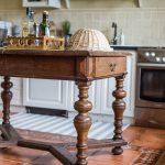 Vidiecka kuchyňa s masívnym dreveným stolom