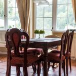Masívny jedálenský stôl so stoličkami