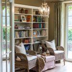 Obývačka s prútenými kreslami a knižnicou