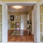 Pohľad cez dvere do haly zrekonštruovaného domu