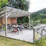 Drevená terasa s pergolou, drevený stôl so stoličkam