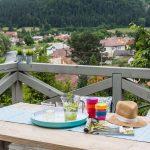 Drevená terasa s pergolou, drevený prestretý stôl
