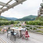 Drevená terasa s pergolou, drevený stôl so stoličkami
