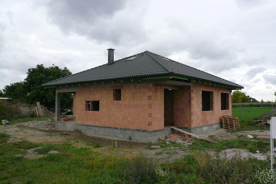 Hrubá stavba bungalovu z brúsených keramických tehál so šikmou strechou