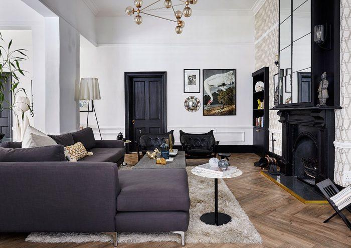 Otvorený priestor s rozlohou 66 m² sa dal prerobiť na pohodlný byt v štýle loftu a usporiadať presne tak, ako si to predstavovali – to bol hlavný dôvod, pre ktorý sa majitelia rozhodli kúpiť niekdajšiu autodielňu a zariadiť si v nej nové bývanie.