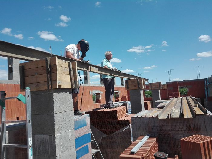osádzanie oceľových nosníkov na stavbe