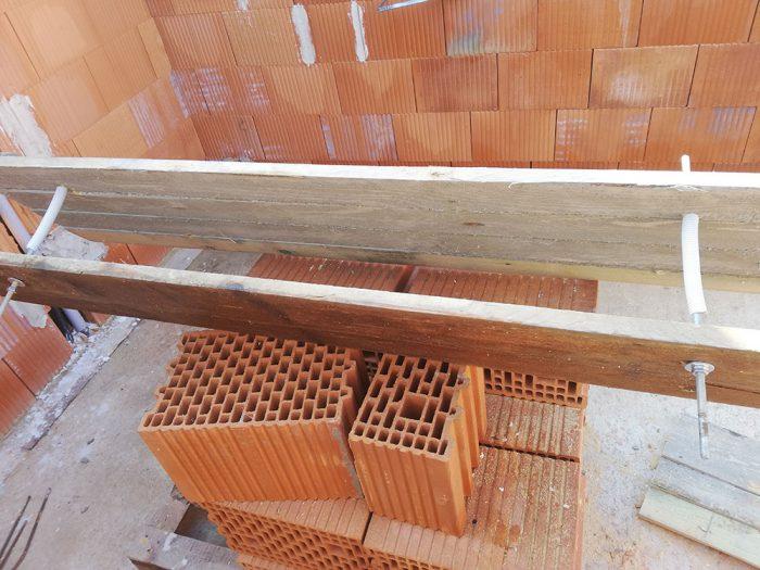 drvevené laty na tehlách