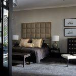 Veľké voľne stojace zrkadlo oproti posteli opticky zväčšuje priestor a zintenzívňuje svetlo v spálni. Rovnaký efekt bol zámerom majiteľov aj pri voľbe prevažujúcich bielych povrchov a zasklených plôch, ktoré prerušujú plnú priečku.