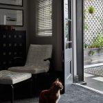 Oproti spálni je balkón lemovaný dvoma výklenkami – jeden z nich tvorí rozšírenie obývačky, v druhom je umiestnený pracovný kút. Čierne pozadie ho vymedzuje ako osobitný priestor a zvýrazňuje jeho funkciu.