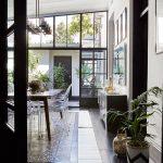 Zasklené dvere a stena s výrazným čiernym kovovým rámom prinášajú do interiéru štýlový industriálny prvok, ktorý ladí s konštrukciou aj charakterom budovy.