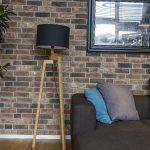 lampa s drevenými nohami