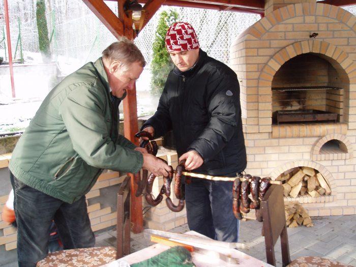 dvaja páni údia klobásky