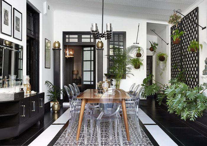 Jedálenská zóna tvorí centrum celého bytu, okolo ktorého je usporiadaná kuchyňa, spálňa, obývačka a pracovňa – každá z týchto súčastí obytného priestoru je s ňou prepojená a zároveň oddelená rozmiestnením zariadenia a mierne odlišnou farebnosťou.