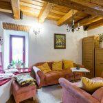 obývačka s dreveným stropom