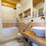 kúpeľňa s tehlovým obkladom