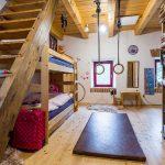 detská izba s poschodovou posteľou a kruhmi na cvičenie