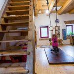 detská izba s poschodovou posteľou a kruhmi na cvičenie, drevené schody