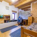 spálňa s dreveným stropom