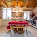 rustikálna kuchyňa s tehlovou stenou