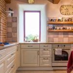 rustikálna kuchyňa s poličkou