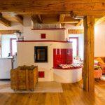 pec s posedením v rustikálnej kuchyni
