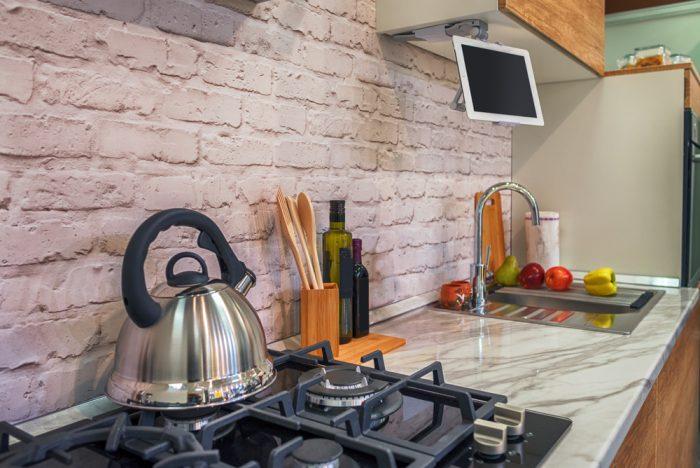 kuchynská linka so zástenou z tehly