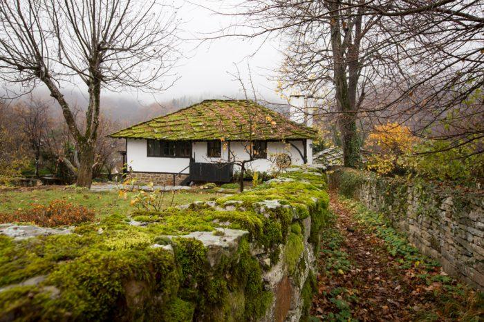 Starý tradičný bulharský dom s rozprávkouvou atmosférou.