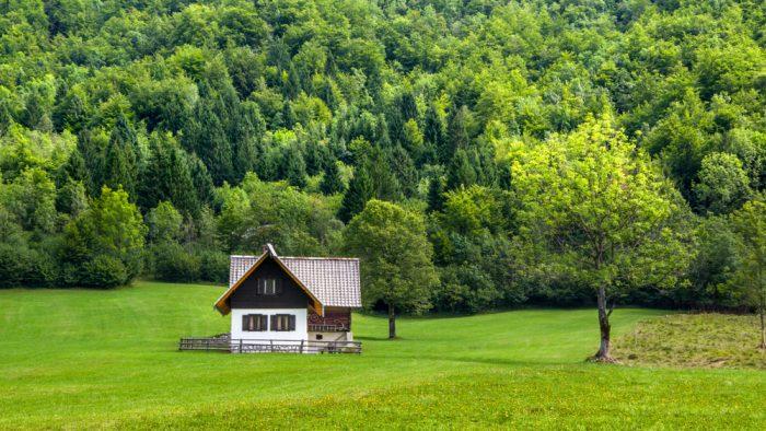 Niekedy ani nie je dôležité aká je chata, ale kde je umiestnená. Bujné lesy a dostatok súkromia ponúka chata na severe Slovinska, v oblasti Stara Fužina.