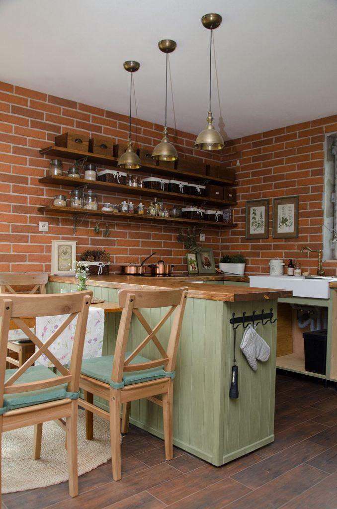 kuchyňa s tehlovými pásikmi
