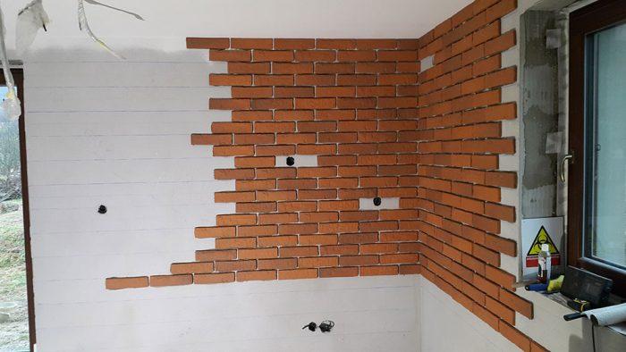 tehlová stena takmer dokončená