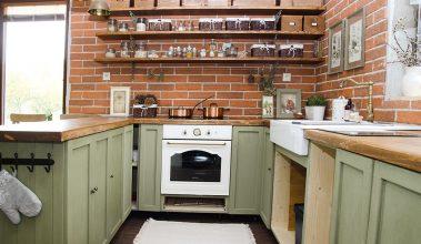 kuchyňa s tehlovým obkladom a zelenou kuchynskou linkou vo vidieckom štýle