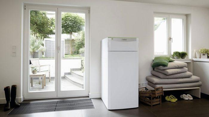 veľké presklenné dvere a chladnička s mrazničkou