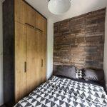 spálňa s kamenou stenou