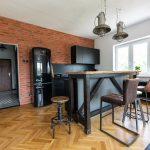 kuchyňa v industriálnom štýle s tehlovou stenou