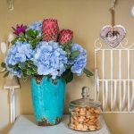 kvety v modrej váze