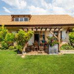 dom so záhradou, terasou a pergolou