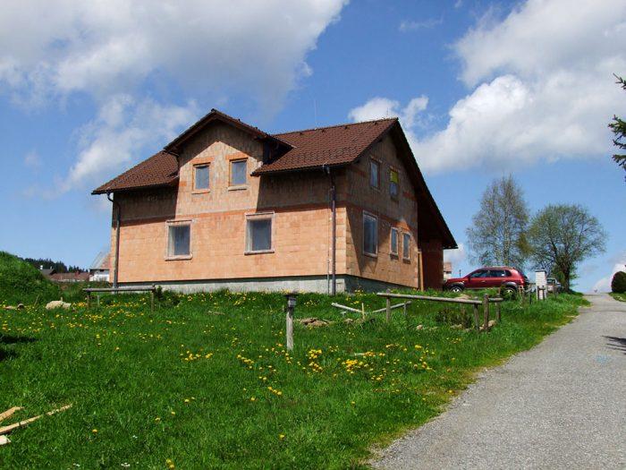 stavba tehlového domu