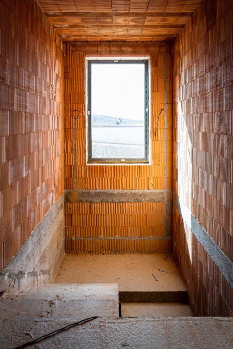 okno na schodisku