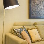 sedačka a lampa
