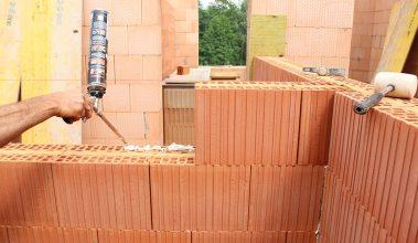 Akustická tehla zhotovená z dvoch vrstiev keramickej tvarovky spojených minerálnou vlnou.