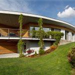 Zavesená fasáda je z dosák a smrekovcových latiek, ktoré vytvárajú príjemný prírodný dizajn.