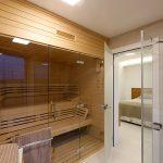 Spálňa má vlastnú kúpeľňu so saunou.