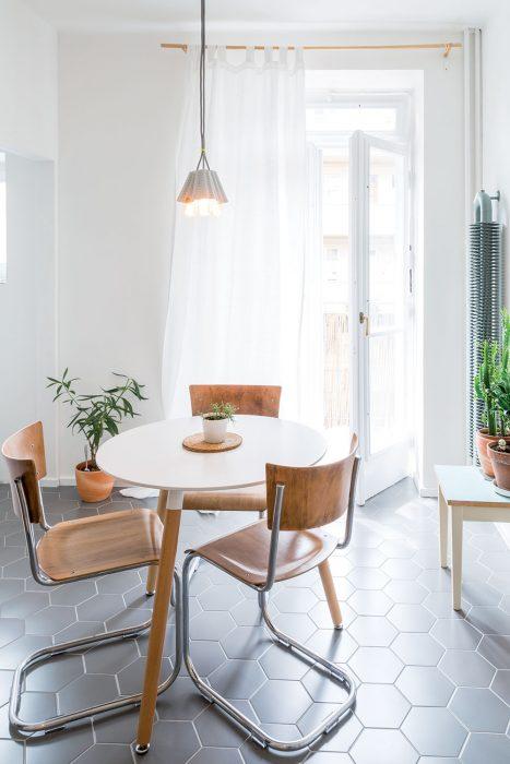 stôl a tri stoličky