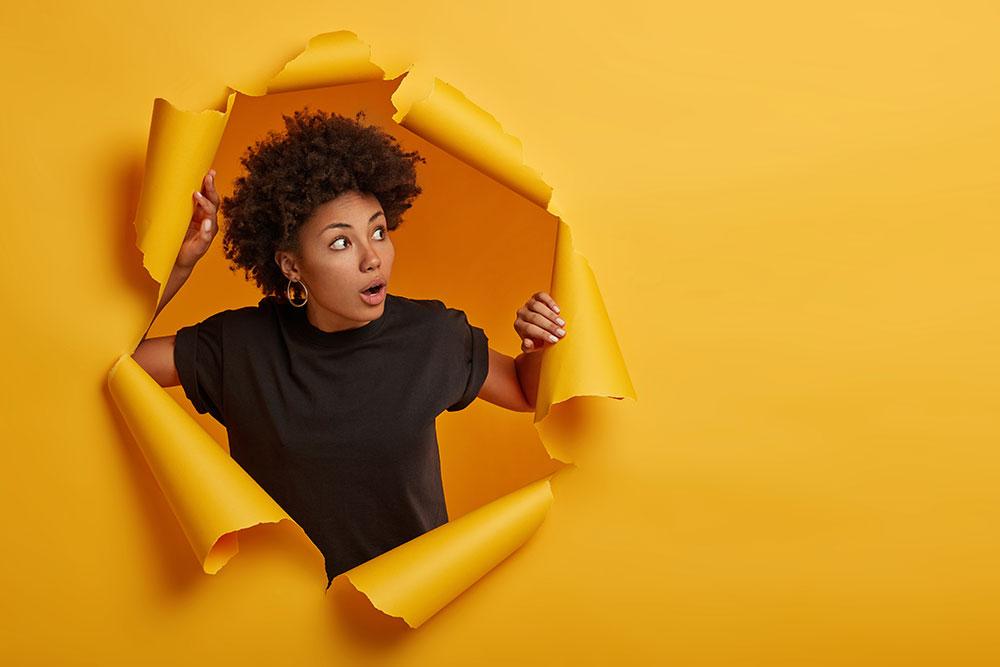 žena roztrhla žltú stenu