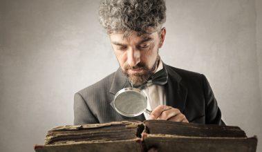 muž čo číta zo starej knihy