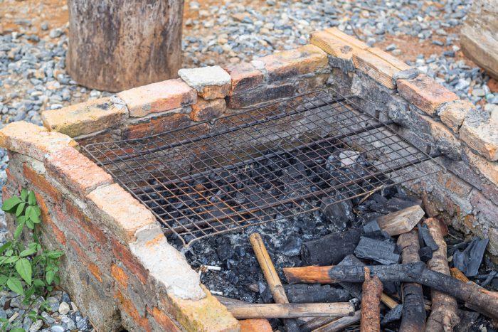 Zo starých tehál si postavíte nízke ohnisko zadarmo a takmer bez námahy.
