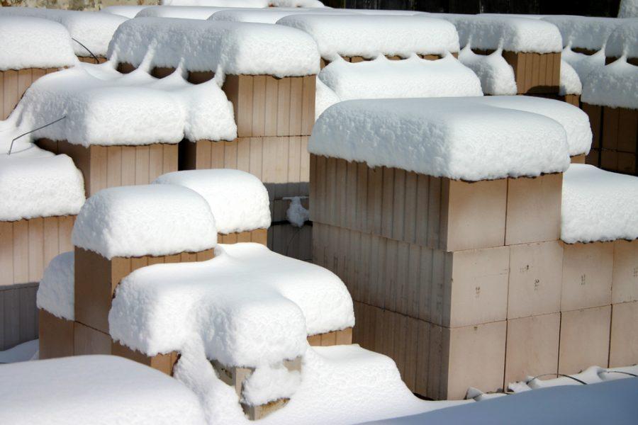 sneh na tehlách