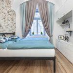 spálňa s tehlovým obkladom