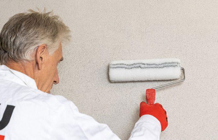 Stenu treba pred omietaním dostatočne napenetrovať, aby bol rovnomerne nasiakavý.